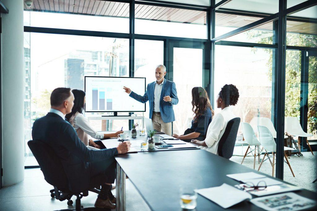 Empresa recebendo assessoria de contabilidade consultiva