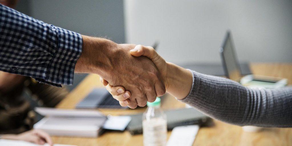 Empresários conversando sobre sociedades empresariais