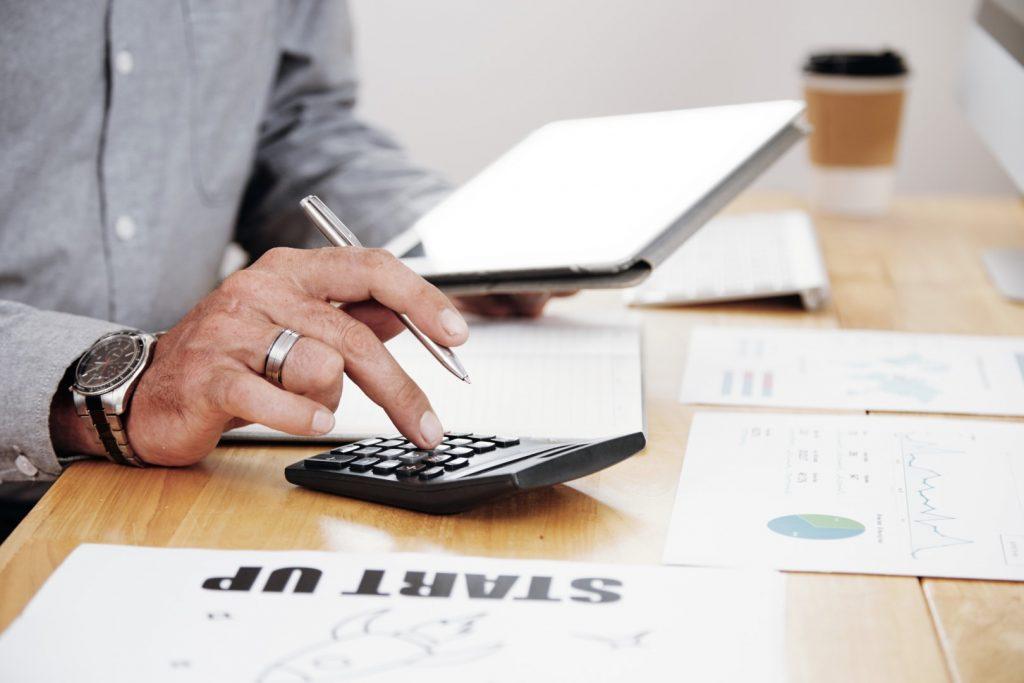 Empresário calculando margem de lucro