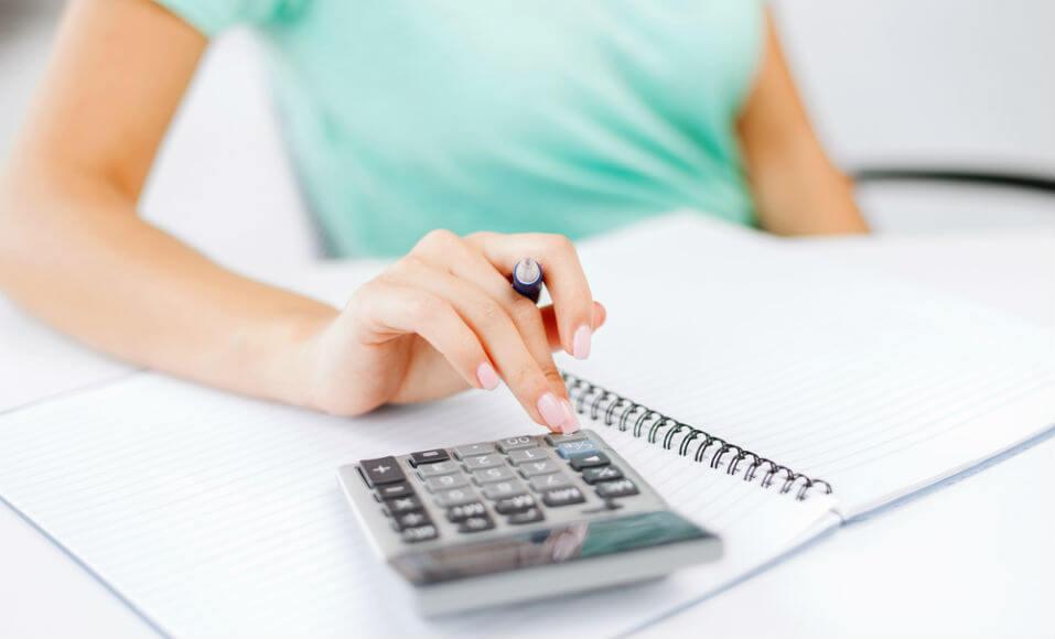 Empresaria calculando margem de lucro