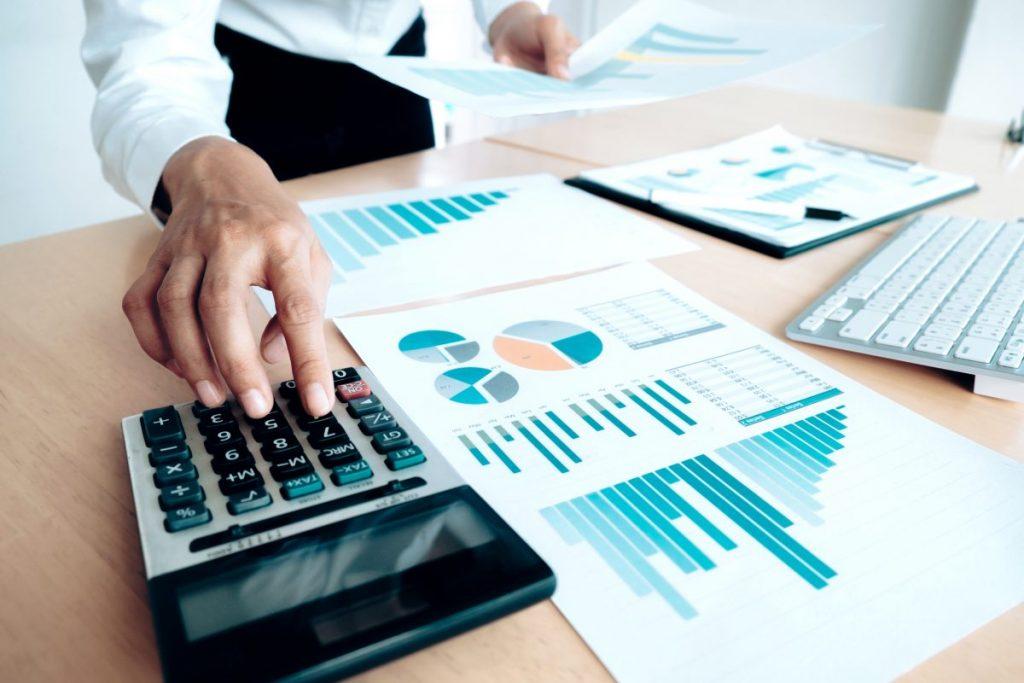 Contador realizando cálculos para melhorar o lucro da empresa