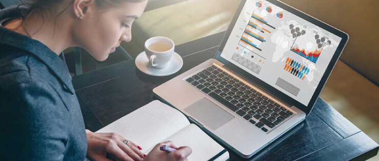 Empreendedora realizando pesquisa de mercado
