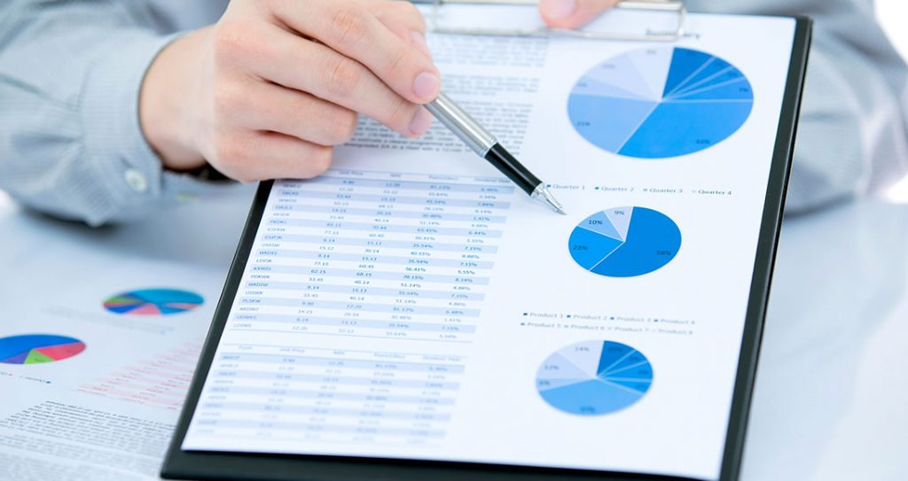 Contador colaborando com dados de pesquisa de mercado