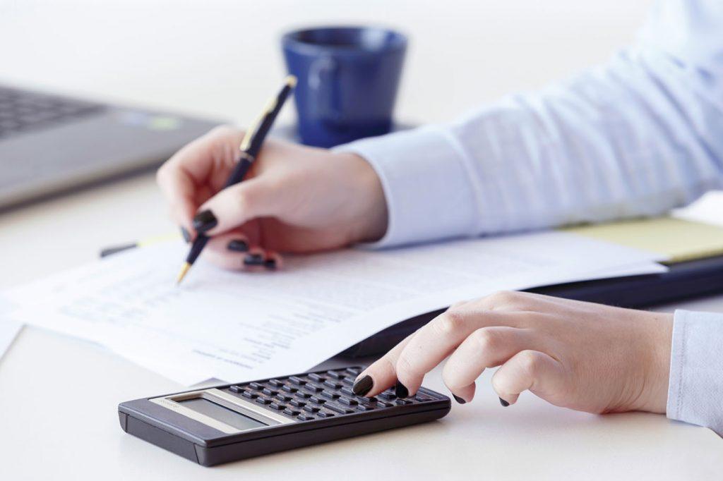Contadora realizando o cálculo de capital de giro de uma empresa